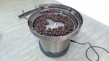 Чашечный вибробункер виброориентатор для ориентации и штучной подачи конфет