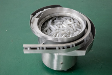 Купить вибробункер-ориентатор для ориентации в пространстве и штучной подачи пластиковых колб