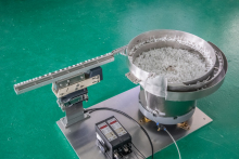 Чашечный вибропитатель для ориентации и подачи пластиковых колпачков