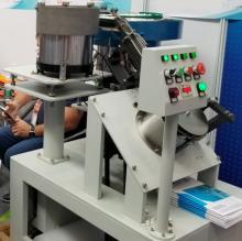 Автомат сборки кабельной скобы и гвоздя предназначен для автоматизации процесса вставки гвоздя в пластиковую чать кабельной скобы.