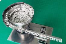 Чашечный вибропитатель предназначен для ориентации и подачи пластиковых деталей