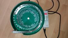 Чашечный электромагнитный вибробункер для ориентации и подачи гаек М6